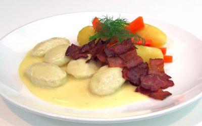 Fiskeboller i karrisaus med grønnsaker og bacon